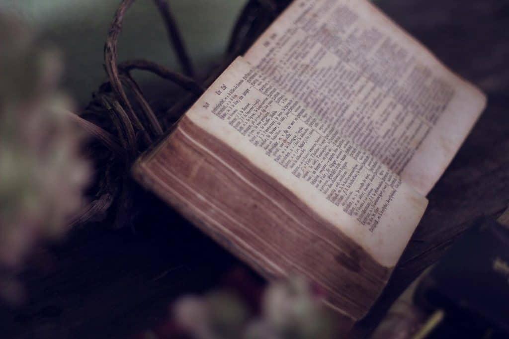 bible book-1210029_1280